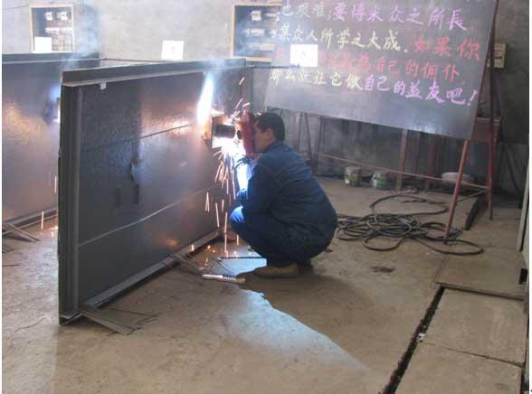 员工赵莹参与电焊工比赛